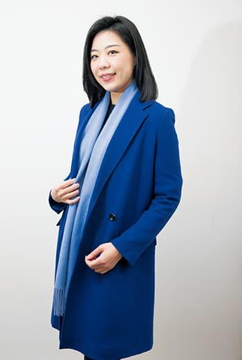 3C(Center) 打法,圍巾可放大衣裡,或置於其外,產生不同造型效果。