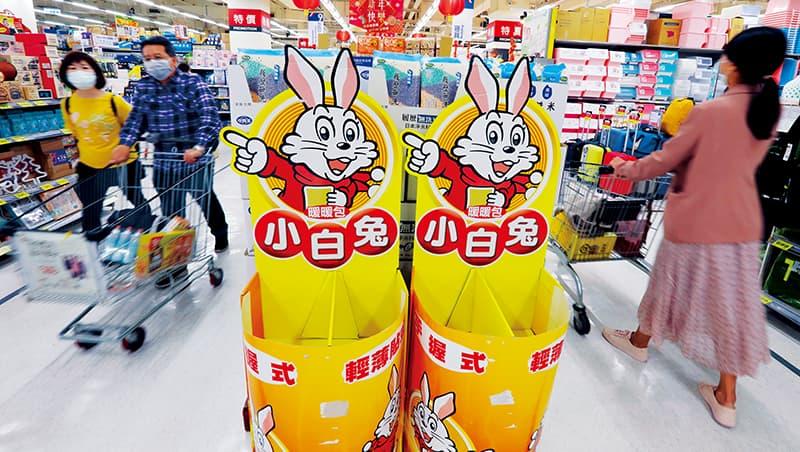 大賣場內,小白兔暖暖包、電暖器,早已掃購一空,但全球面臨空前缺櫃潮,廠商補貨困難重重。