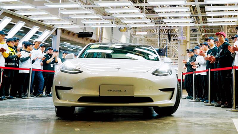 在中、美、歐三方政策催化,與蘋果加速研發的背景下,電動車已成投資人2021年必須要關注的重要題材。圖為特斯拉Model 3車型。