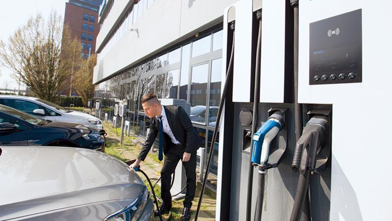 位於荷蘭阿姆斯特丹的台達電歐洲總部,大門外就是電動車充電站,整棟大樓成了自家科技的最佳展示場。