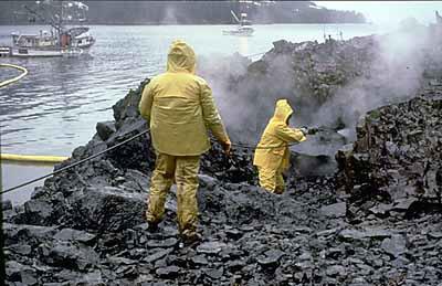 工人正在用高溫水槍清理油汙