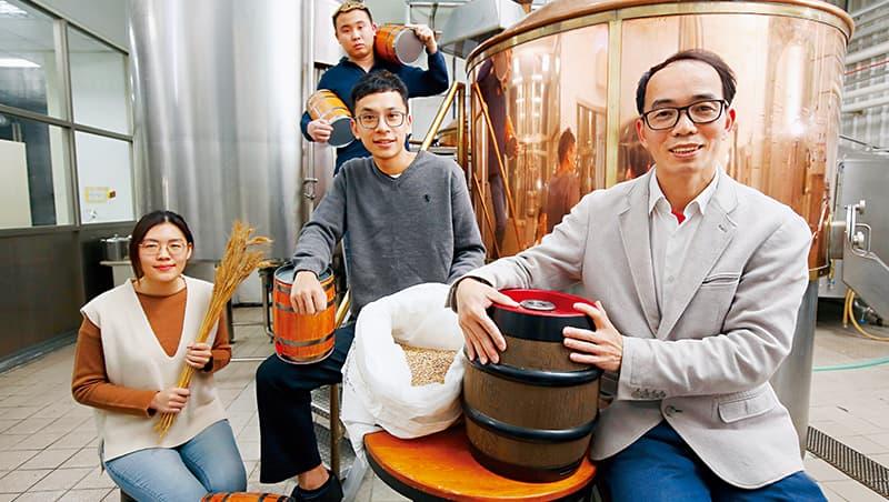 德意生技廠長兼首席釀酒師鄧心承(右1)以大廠釀造經驗,撐起4成台灣精釀品牌製造。