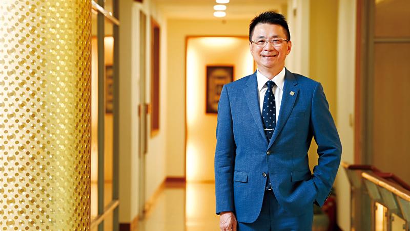 國聯董事長陳志宏所站的2樓通道,就是他過去害怕踏進自己辦公室的那一段路,現在他已能坦然面對,自言挫敗是自己最好的老師。