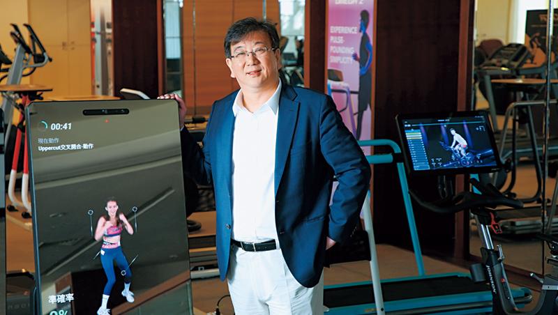 喬山總經理羅光廷秀出最新健身器材,健身魔鏡外觀像大型智慧型手機,內建相機還會拍照,讓使用者可上傳到社群軟體分享。