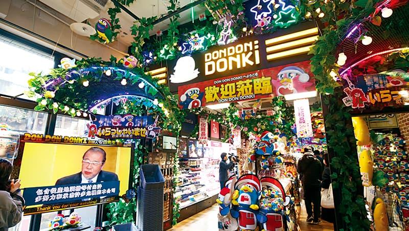 台灣首店,復刻在日本的尋寶樂趣 大螢幕播著安田隆夫的演講、從天花板垂落的大量商品與造景、彎彎曲曲的超崎嶇動線⋯⋯,五花八門的元素讓人忍不住「哇!」