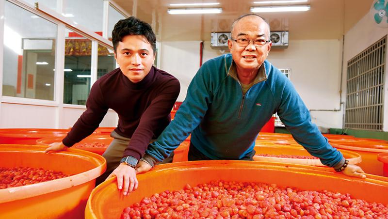 泰泉二代吳福泉(右)與三代楊依隆(左)攜手,在食安風暴看見商機,轉型以無添加果乾敲開各通路大門,成包裝果乾市占第1。