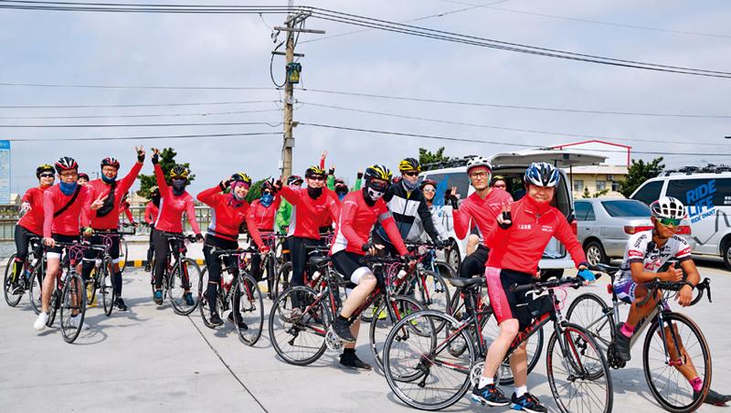 王品集團長年舉辦「鐵騎貫寶島」活動,由董事長陳正輝帶隊(右2),從台灣頭騎到台灣尾。