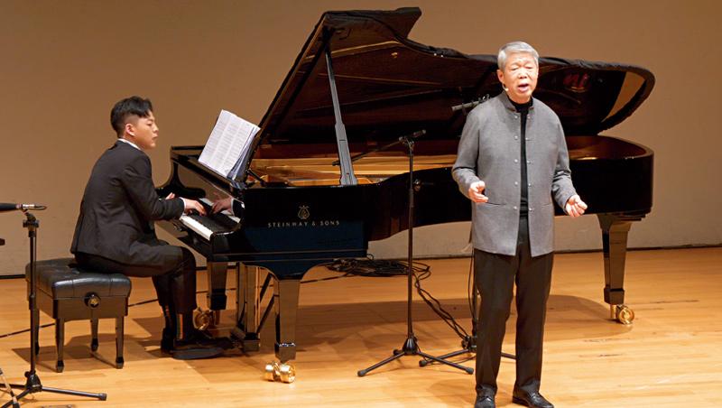 張孝威(右)退休前就開始學聲樂,4年來已3度辦個人演唱會,連義大利名曲的高音也收放自如。