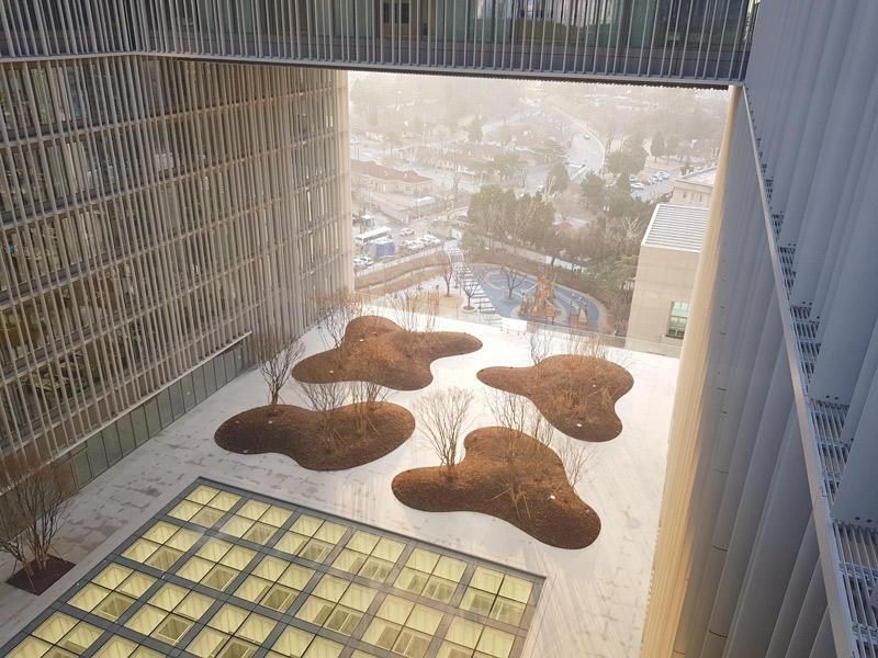 「愛茉莉太平洋總部」室外造景,另一種形式的挑空式辦公建築。