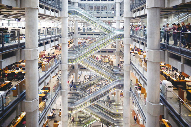 「勞埃德大廈」內部,代表性的挑空式辦公建築。