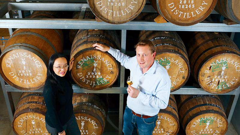 「台灣沒有蘭姆酒,就像法國不產葡萄酒。」歐利文(右)與太太邱琳雅(左)用雙手證明,台灣也能釀出世界一流的蘭姆酒。