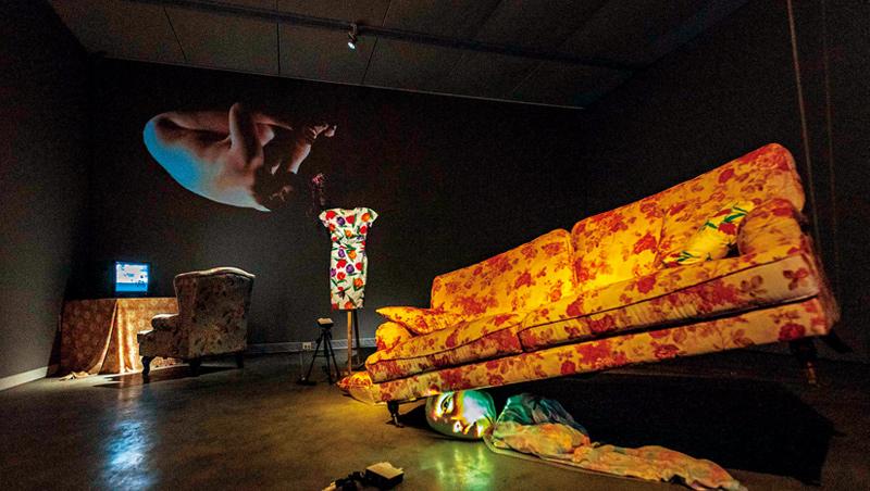 湯尼.奧斯勒的作品〈茱蒂〉(Judy),以投影結合物件,呈現多重人格障礙的心理狀態。