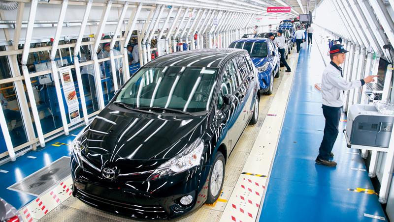 當汽車碰到晶片,不再是車廠說了算 全球晶片缺貨,過去,高大上的車廠就像是世界中心,龐大供應鏈圍著它轉;如今卻是所有生產排程,繞著晶片轉。