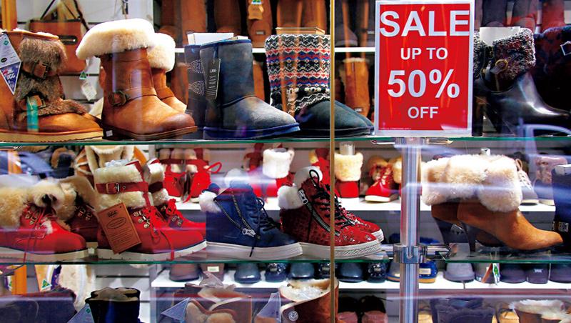 疫情封鎖期間,時尚圈開始流行絲絨運動服和雪靴。心理專家說,穿上舒適衣服,心情也變舒暢,因此格外受歡迎。
