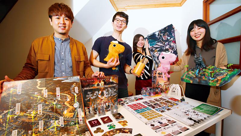 從玩家變身桌遊製作人,張少濂(左1)成立的迷走工作坊僅5名全職員工,卻為原創桌遊創下多個紀錄。