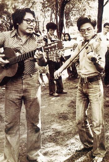 曾是台灣校園民歌運動的催生者,李雙澤(左)激發大家唱自己的歌,帶動風潮。