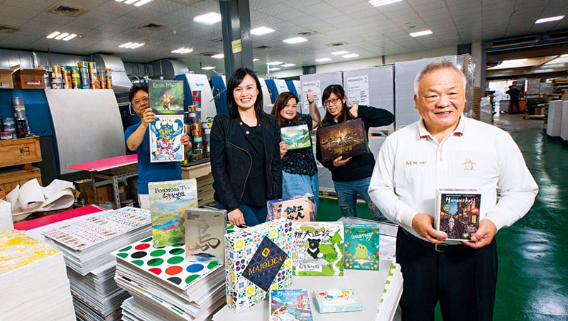 一手創立富綱的董事長賴金盛(右1),與次女賴悅寧(左2)兩代聯手,將桌遊變成公司從未想過的第二條成長曲線。
