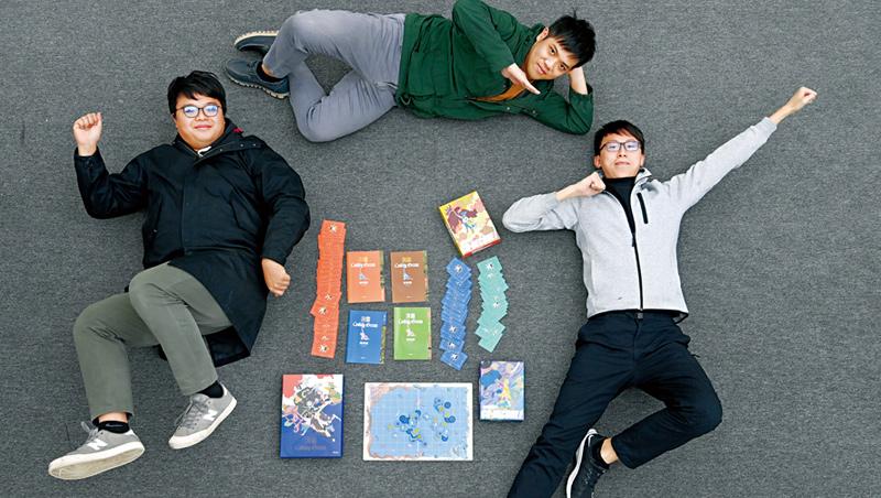 「不插電」學程式,是程式老爹團隊成員徐煊博(上)、柳昱謙(左)、高新翰(右)設計桌遊的核心理念。