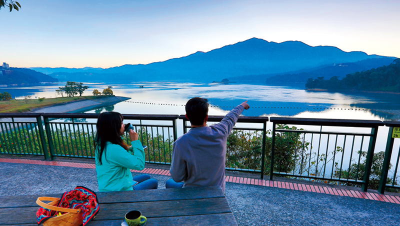 遠望水社大山與拉魯島,清晨的日月潭美不勝收。