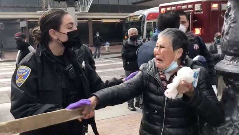舊金山一位說粵語的76歲老婦謝曉真17日在鬧區遇襲,不過她也奮力拿木板反擊白人嫌犯。