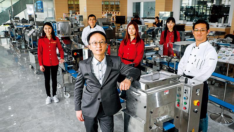 百城總經理蔡承諺(前)花4年興建明亮乾淨的新廠房來展示包餡機設備,並擴增行銷、研發團隊,服務一手建立的英雄聯盟。
