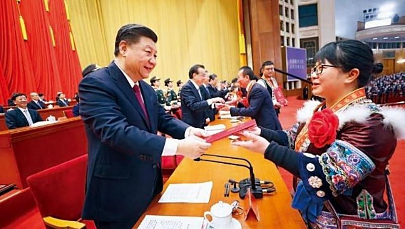 「中國的脫貧戰役打上了習近平個人印記。」彭博如此形容。圖為他在兩會前夕接見脫貧傑出代表,這也是兩會宣傳政績的重點。