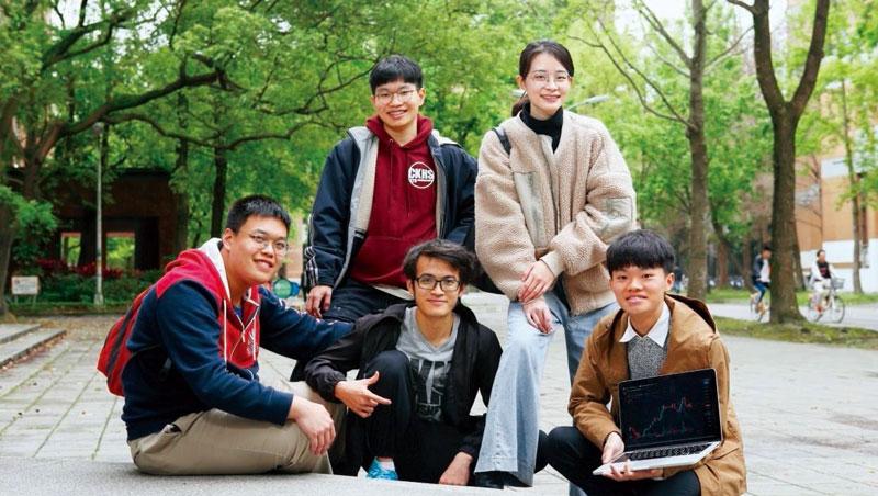 他們的身價,一人可買一輛特斯拉_台大這個投資加密幣團隊由唐博彥(右1)發起,他們相信資工與數學的長才是投資上的最大優勢。