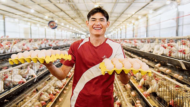 脫貧攻堅被北京視為最重要政績,並大力宣傳青年返鄉創業的故事。圖為廣西壯族自治區青年秀出他豐收的雞蛋。