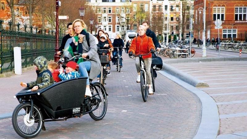 荷蘭實現教育普及化,面積雖小,但有約7千所小學,父母送小孩上下學,騎腳踏車只要5分鐘。