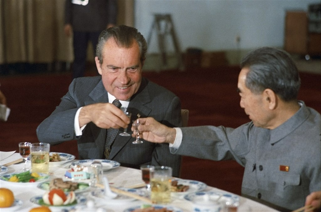 1972年美國時任總統尼克森(左)出訪中國,和中國總理周恩來(右)展開餐敘。