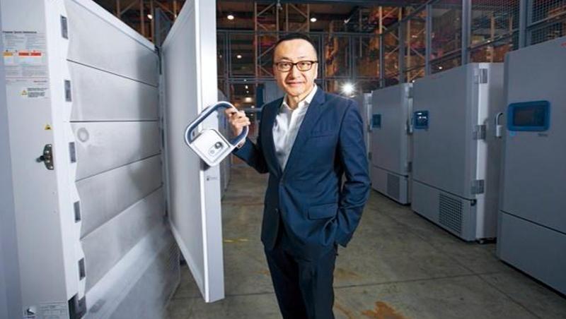 裕利醫藥為存放疫苗所準備的負80度溫控櫃,總經理周志鴻(圖)說,每台要價近百萬元,有多道鎖確保品質安全。