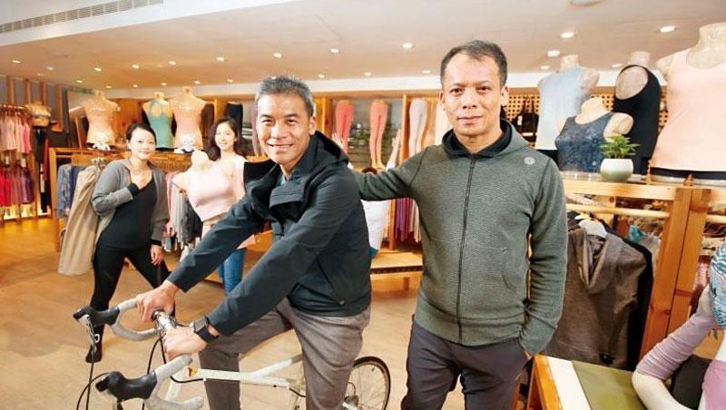 easyoga總經理呂新強(前排右)與副總經理呂祈達(前排左)用呵護孩子的心,將品牌推向國際。