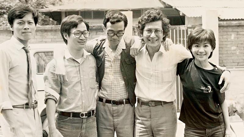受到初中國文老師的啟蒙,奠定創作基礎,小野日後加入中央電影公司,完成許多精彩創作。照片由左至右:張毅、小野、陶德辰、段鍾沂、張盈真(於光陰的故事拍片現場)。
