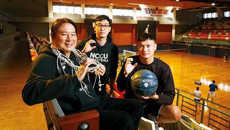 政大雄鷹領隊姜豐年(左)與執行總監孫秉宏(中)是嘉義高中校友,總教練陳子威(右)與孫秉宏是碩班同學,3人好默契組出冠軍團隊。