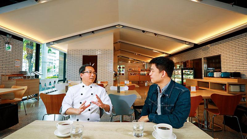 吳寶春(左)與元智大學管理才能發展與研究中心主任吳相勳(右)