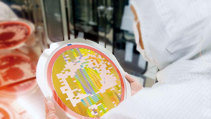 疫情爆發以來,市場對晶片的需求從急凍變超熱,如今各產業的產能,都因晶片供應不足而受阻