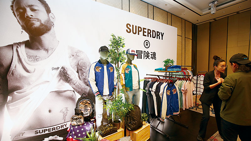 Superdry發表會現場,大眾熟悉的「極度乾燥」標語已被取代,更出現以往罕見的款式,如有機棉運動服、日式刺繡外套等