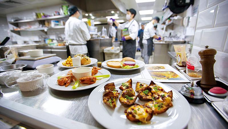 外送趨勢演化出雲端中央廚房商機,不只做料理包還原中高檔餐廳餐點,還能透過衛星廚房深入社區