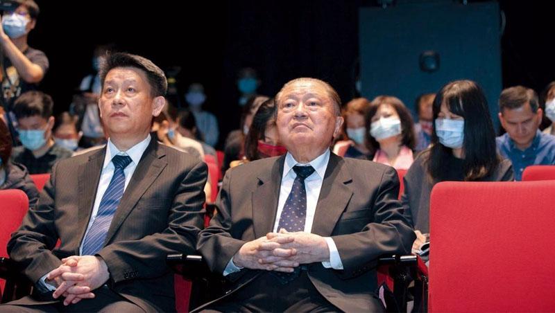 鄭平(左)年輕時,曾因不滿父親鄭崇華(右)忙著上班而忽略家庭,刻意不接班;如今他已肩負起公司重擔,自己也成了早出晚歸的爸爸