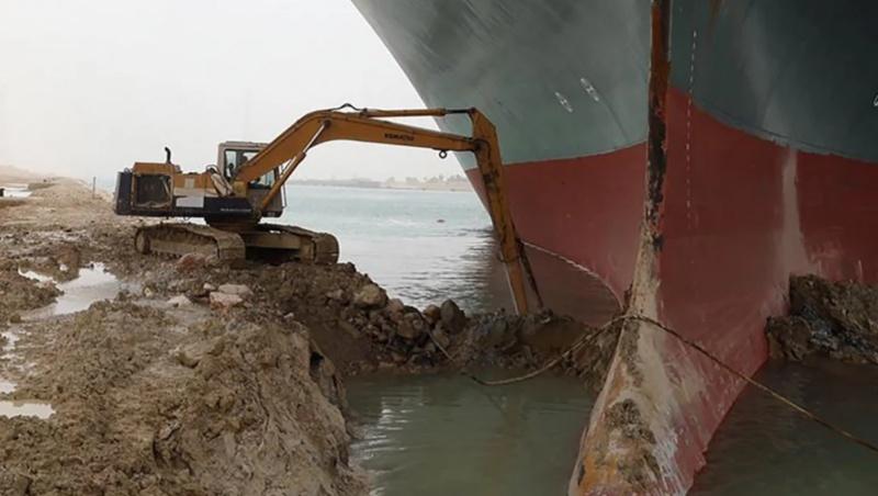 長賜輪受困期間,一台「小」挖土機在長賜輪底下挖掘泥沙。