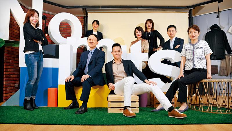 一張照片,宣布聚陽接班團隊正式出列。分別為業務行銷群宋佩芳(前排左1)、工務研發群周心鵬(前排右2)、營運管理群黃渝晴(前排右1),平均年齡僅43歲,皆為董事會成員