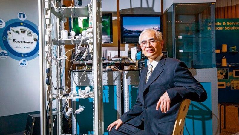 友訊董事長李中旺(圖)身旁擺滿網通測試設備及線材,35年來他最重視產品研發,重掌友訊,要帶友訊攻進產業解決方案,例如中小型工廠的5G系統