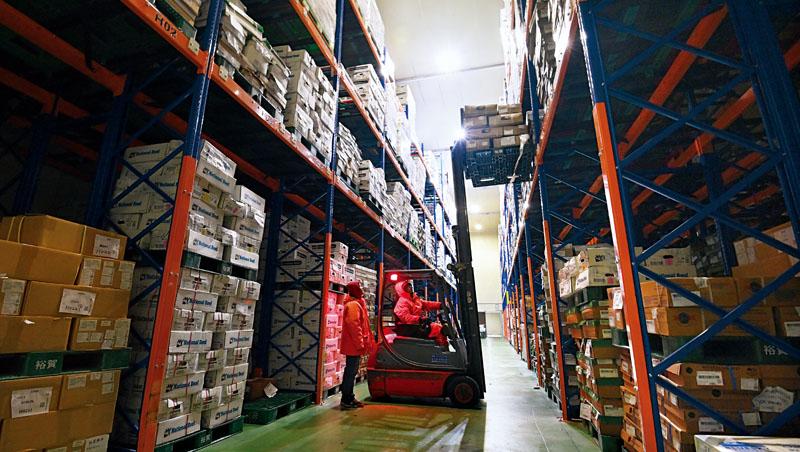 走進裕賀冷藏牛肉的「彈藥庫」,工作人員穿著防寒衣在3千坪大冰箱中取貨