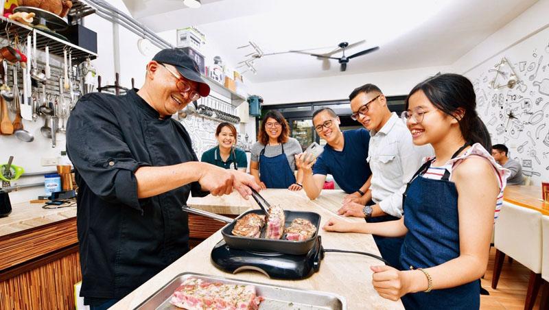 玩趣廚房創辦人魏韶璞(左1)