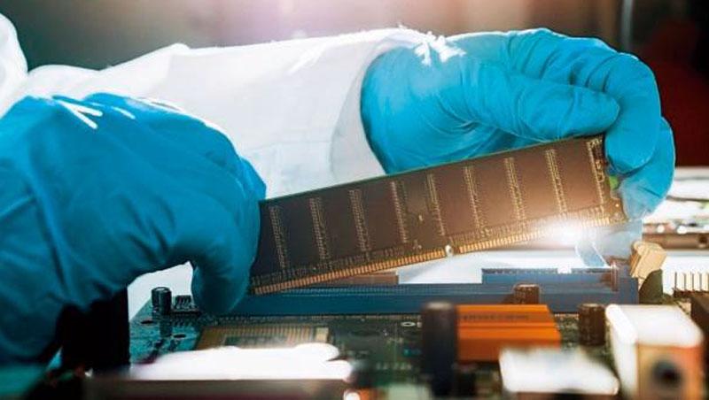 「上肥下瘦」的現象起因於晶片代工廠喊漲,晶片設計商也跟漲,記憶體族群缺晶片同時,也順勢向下游漲價