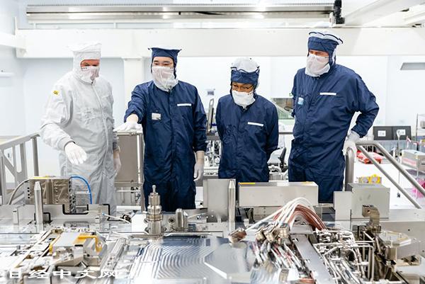 三星的李在鎔副會長(左2)為採購設備專程前往荷蘭ASML的工廠。