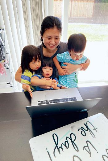 在臉書上班的Tina,家中沒個人辦公空間時,常邊開視訊會議邊顧三胞胎