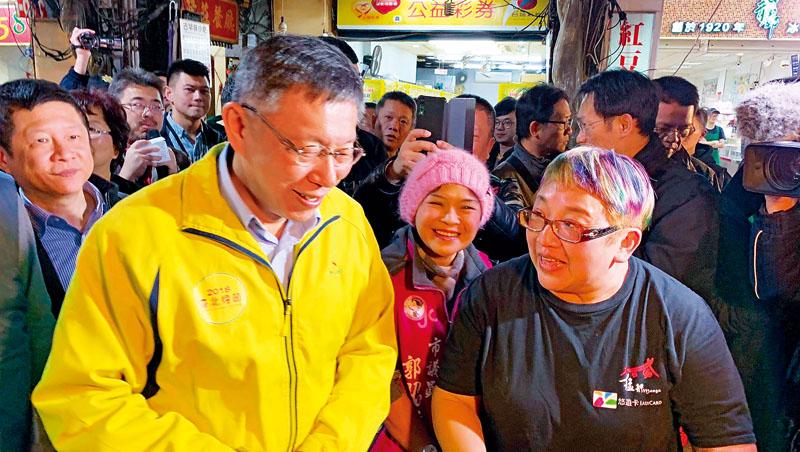 2019年初,艋舺夜市加入年貨大街行列,台北市長柯文哲(左)到場打氣,陳姿卉也逐攤為他解說、導覽
