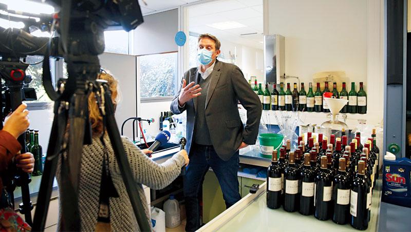 紅酒須歷經酵母和細菌發酵,這樣的化學反應過程,能在太空環境中研究。圖為太空貨物無限公司執行長戈梅