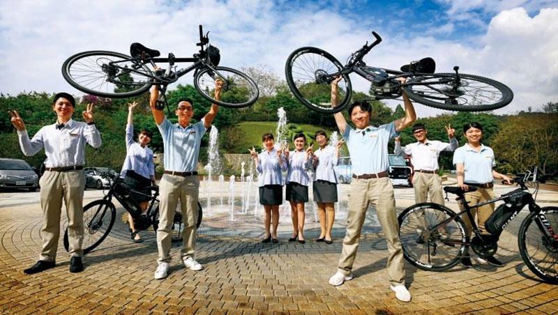 單車管家們教導旅客煞車、暖身、行進手勢到試騎等,完成後才能上路,甚至曾有不會騎單車的客人,在旅行後能繞日月潭一圈